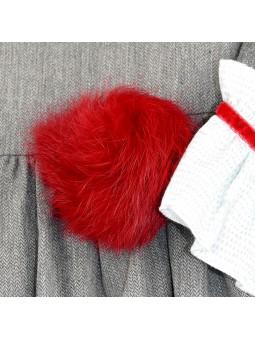 Foque. Vestido gris con pompón rojo detalle