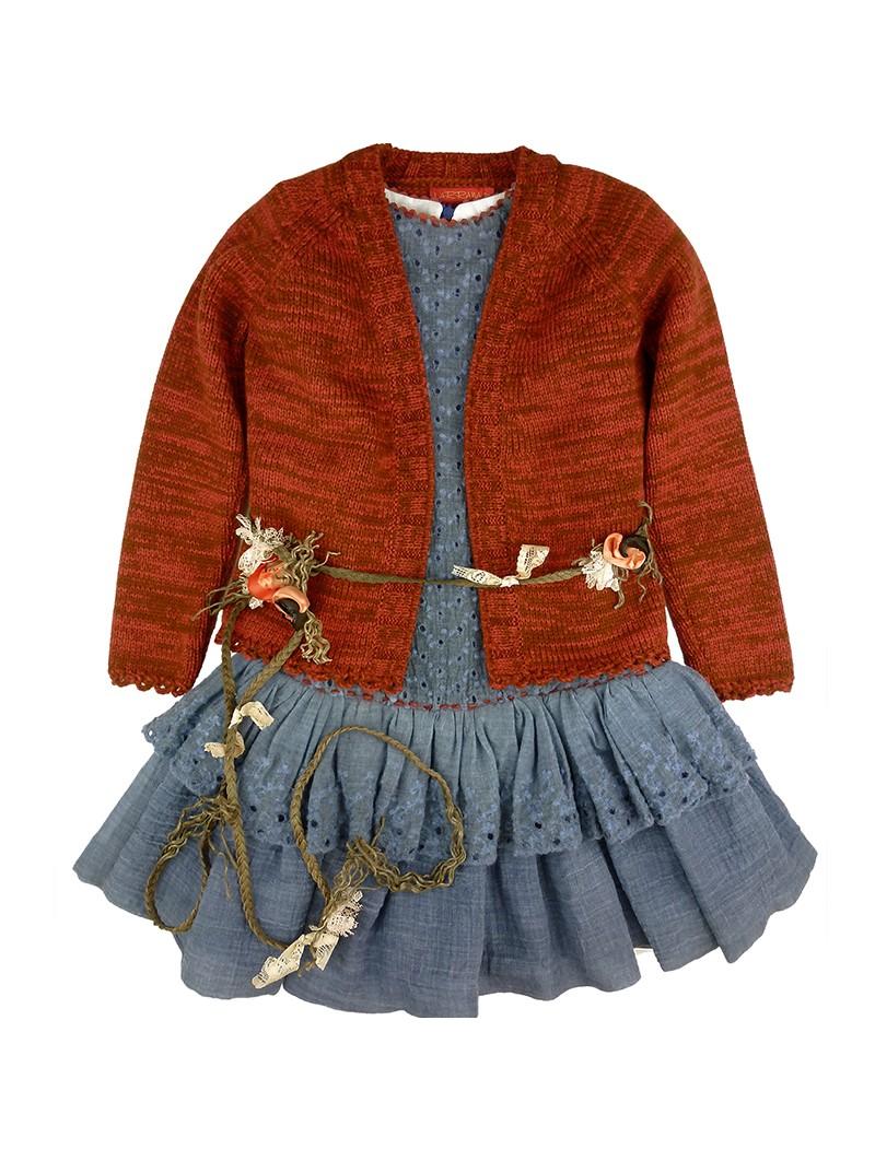 Larrana vestido azul con chaqueta marrón