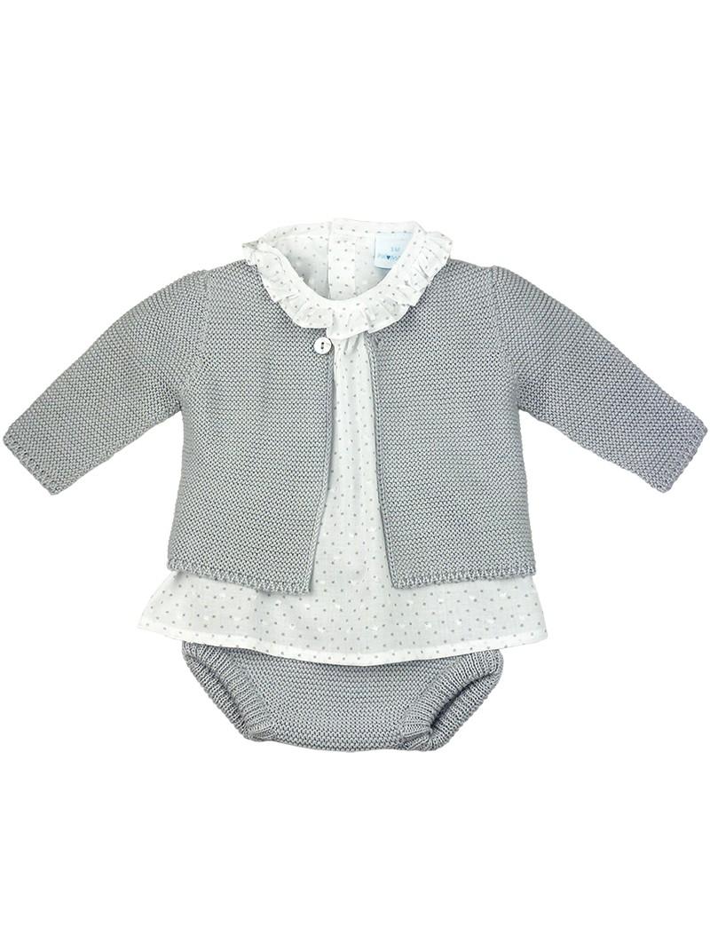 Paloma de la O. Conjunto de bebe. Blusa con estrellas estampadas, chaqueta y cubre pañal de punto gris