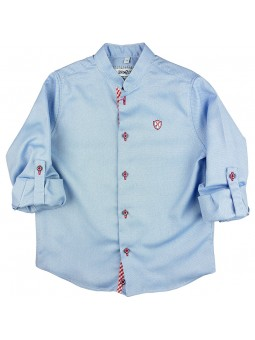 Nachete. Camisa celeste con detalles en rojo